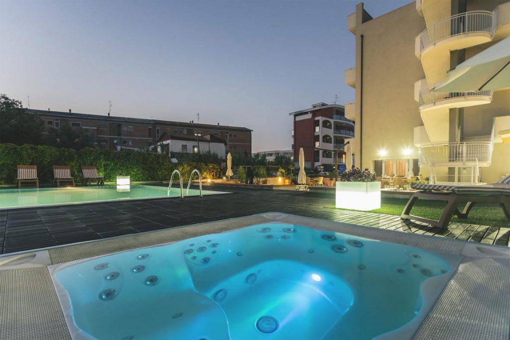 hotel con piscina vasto